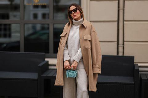 como combinar un abrigo camel bolso turquesa