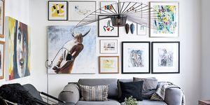 Salón con cuadros sobre el sofá