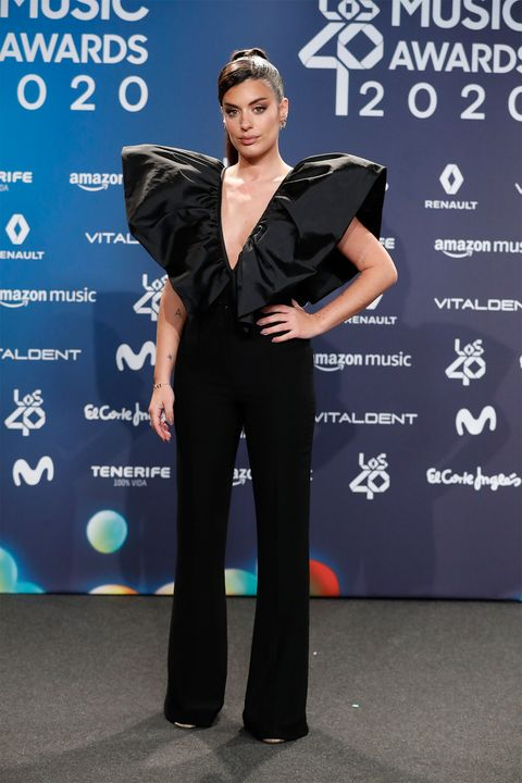 dulceida llevó un mono negro con volantes a los 40 music awards