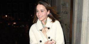 Emilia Clarke abrigo blanco borreguito Mango