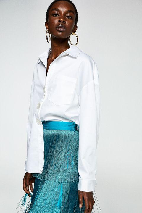 eb1a6693d La falda de flecos de Sfera de invitada para llevar con camisa blanca