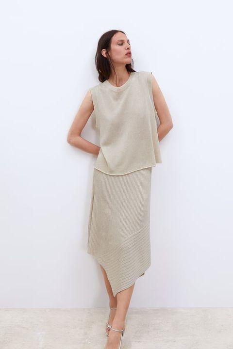 be8237aab4 Zara tiene las faldas largas para llevar como invitada y en tu día a día