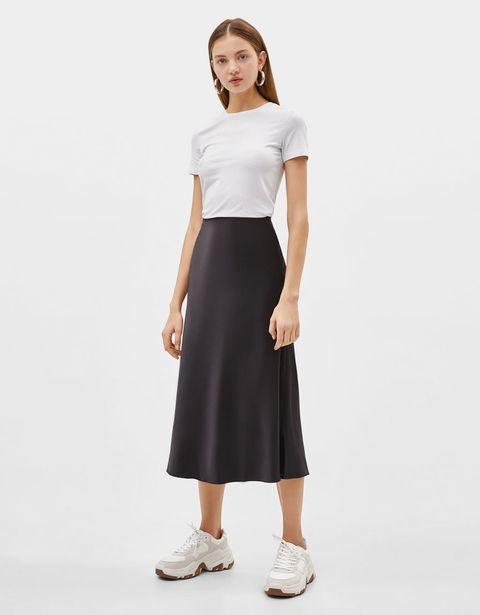 f9b7772fe La falda larga negra perfecta es de Bershka, cuesta 14 € y al ser ...