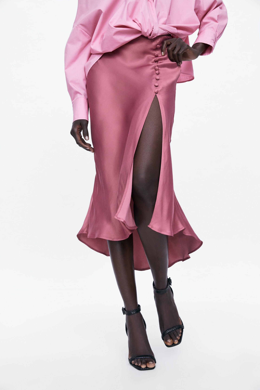 8cf15c4ca Con esta falda larga rosa abotonada de Zara tienes asegurado el look ideal