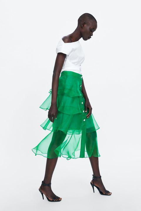 525e3fb64 La falda larga de fiesta e invitada de Zara que va con tacones y ...