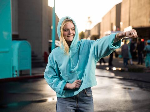 elle fanning recreates the ultimate breakfast at tiffany s moment
