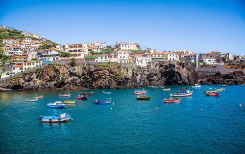 Barcos fondeados en la costa de Funchal, Madeira, Portugal.
