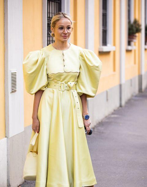 Inspiración invitadas de primavera con vestido amarillo pastel