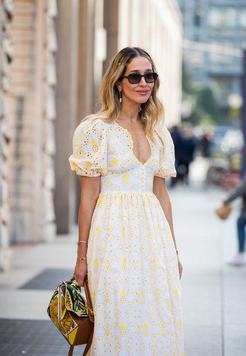 Inspiración street style para invitadas de primavera con vestido blanco y amarillo con bordados