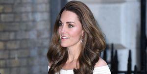 Kate Middleton con vestido blanco con los hombros al descubierto de Bárbara Casasola y stillettos glitter de Jimmy Choo