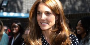Kate Middleton reina Letizia camisa de lunares pantalones culotte