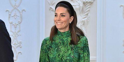 Kate Middleton look invitada primavera conjunto blusa falda diadema