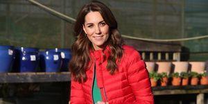 Kate Middleton plumífero corto rojo vaqueros pitillo botas