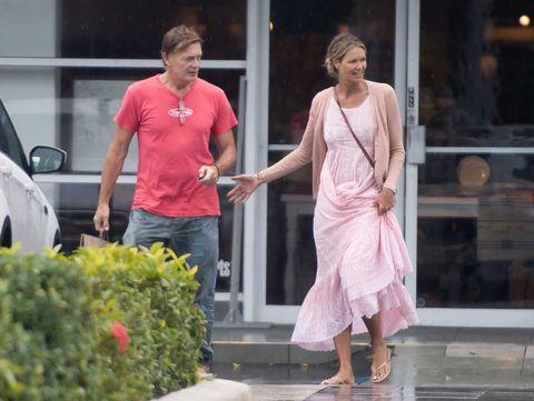 Elle Macpherson y Andrew Wakefield dando un paseo por las calles de Miami