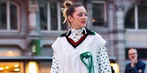 Marion Corillard con vestido largo y chaleco oversise