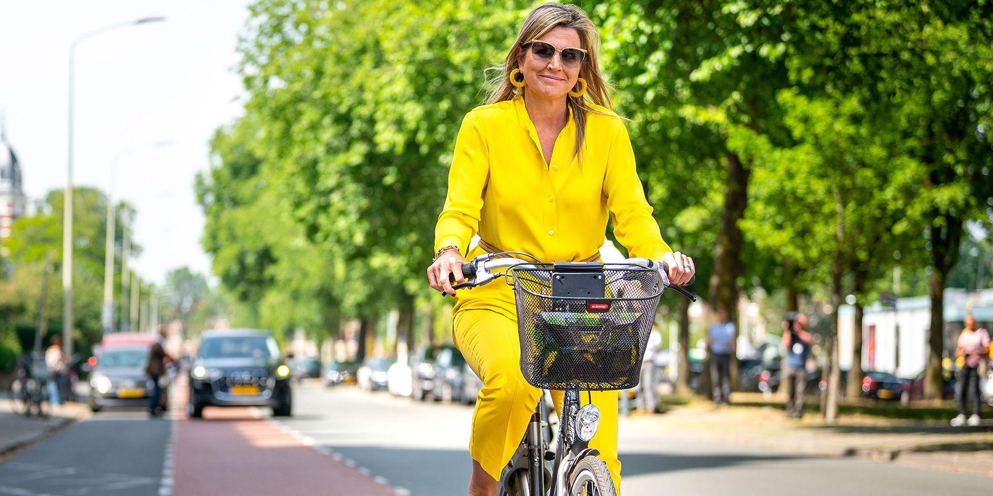 Las llamativas imágenes de Máxima de Holanda montando en bicicleta con un conjunto amarillo espectacular