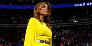 Melania Trump con mono amarillo