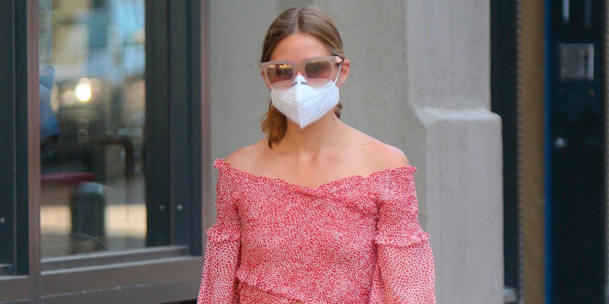 Cuando Olivia Palermo es pura tendencia: conjunto de top y falda midi, mules y bolso de rafia