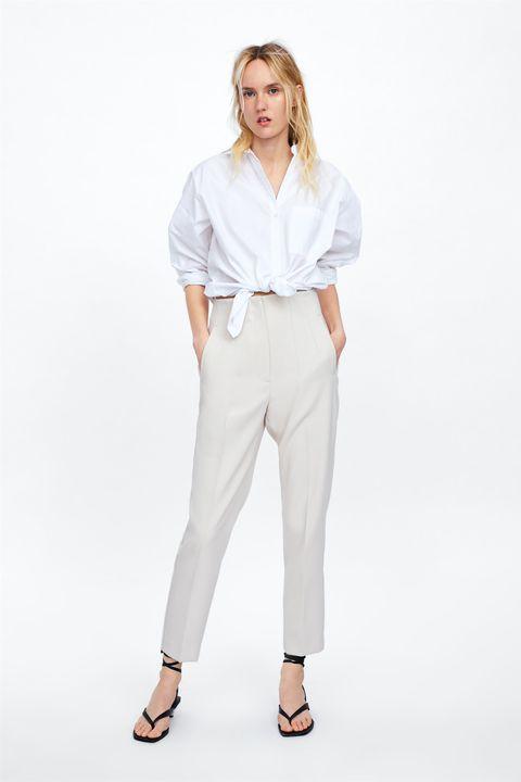 Hay un pantalón blanco de vestir de Zara que moldea la zona