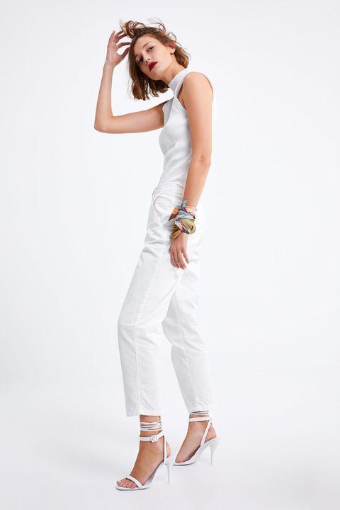 El pantalón blanco de Zara de 30 € que es mitad vaquero