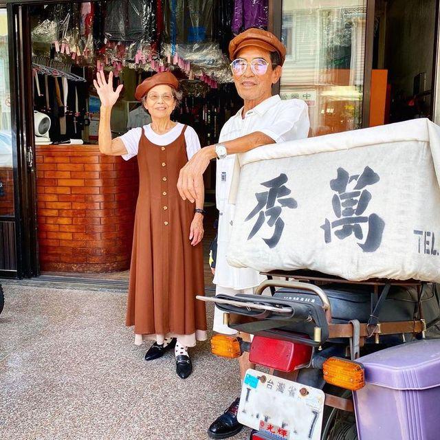 pareja de ancianos en la puerta de una lavandería