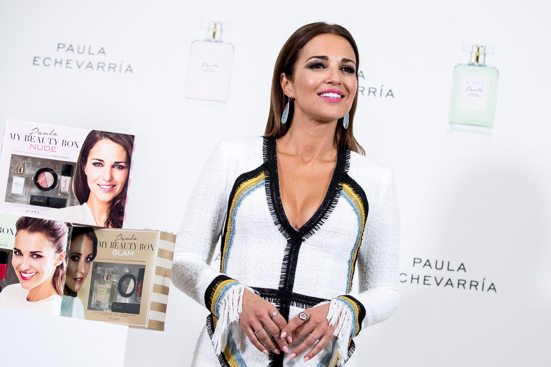 Paula Echevarría se apunta a la tendencia flecos con un vestido corto de manga larga