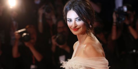 Penélope Cruz vestido largo blanco novia tul plumas Festival de Venecia