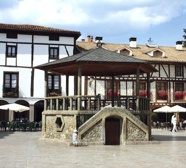 plaza del quiosco en ezcaray la rioja