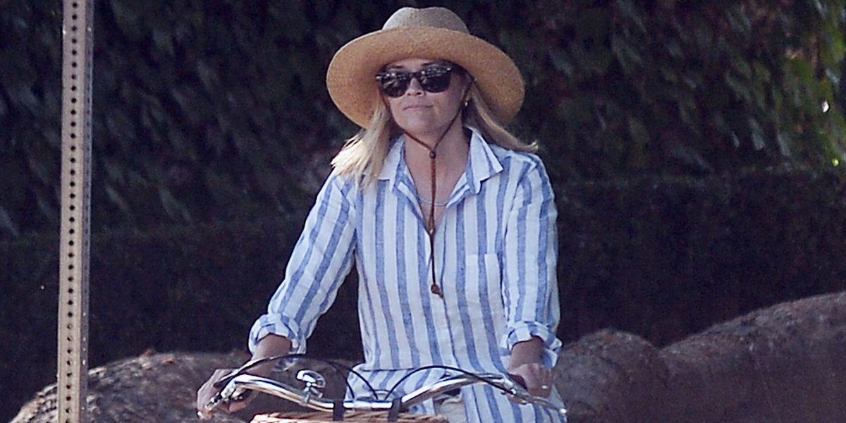 La clase de estilo de Reese Witherspoon para llevar shorts blancos más allá de los 40