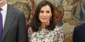 reina Letizia camisa blusa flores pantalones negros tobilleros look primavera