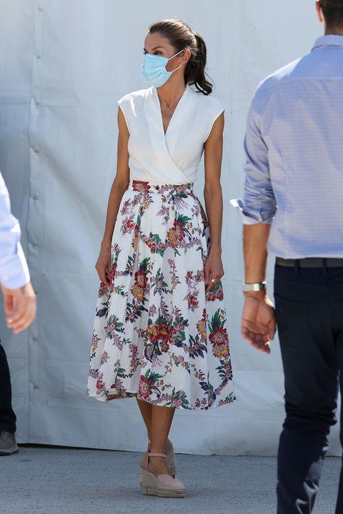 la reina letizia con falda midi estampada