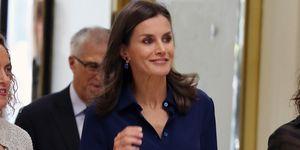 reina Letizia falda midi flores camisa azul marino Carolina Herrera