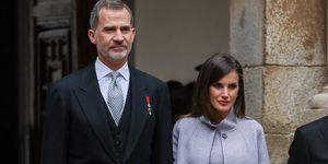 reina Letizia vestido corto abrigo Carolina Herrera