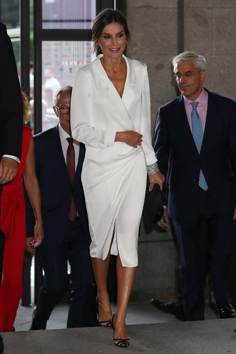 la reina letizia con un vestido blanco de lola li