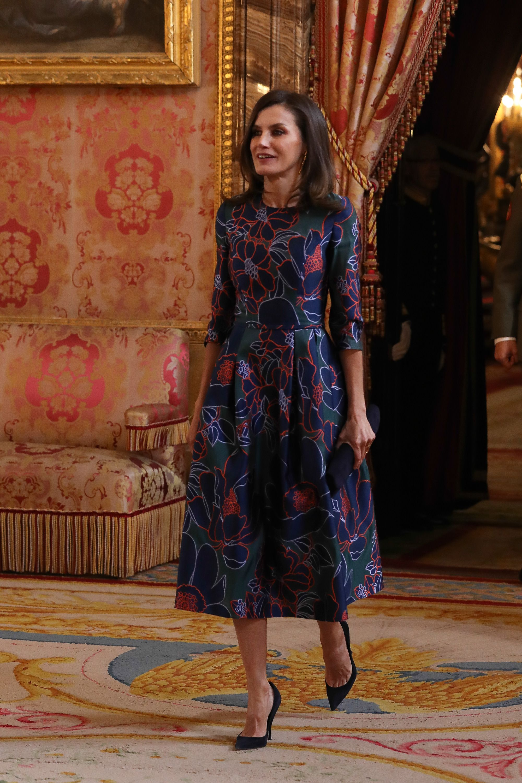 La reina Letizia repite en tiempo récord su vestido midi de flores con manga larga de Carolina Herrera