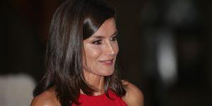 reina Letizia vestido rojo midi de escote halter Mallorca