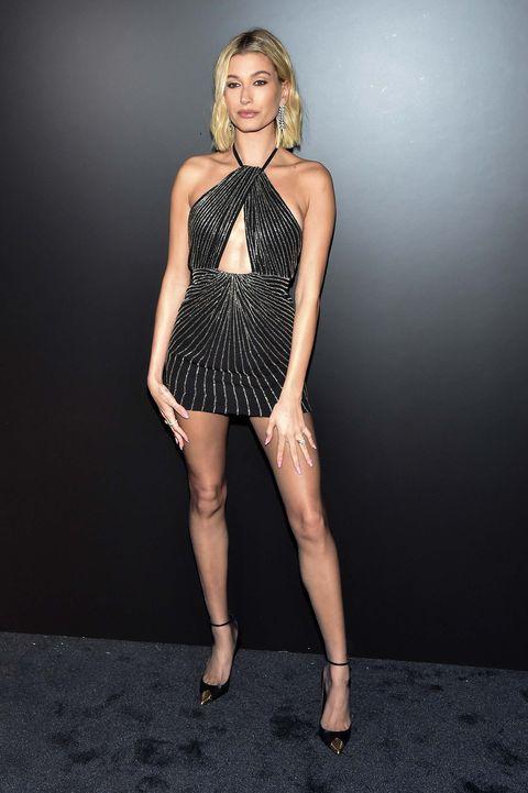 Hailey Bieber desfile Saint Laurent Paris Fashion Week