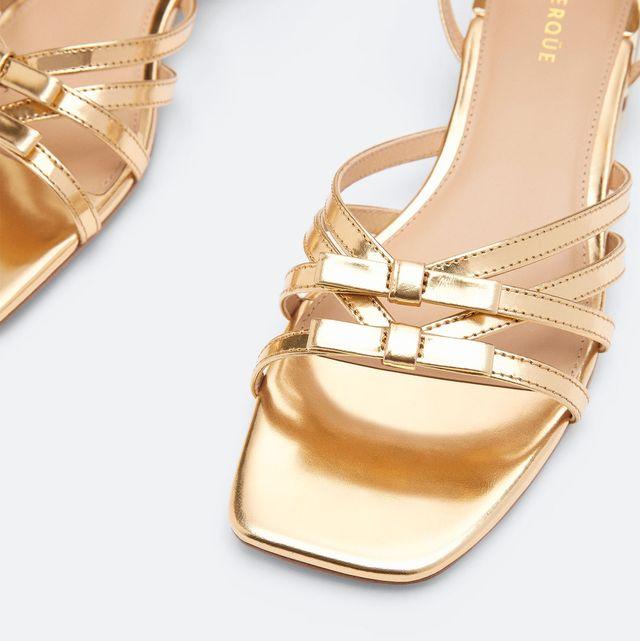 sandalias doradas de tiras y tacón bajo de uterqüe