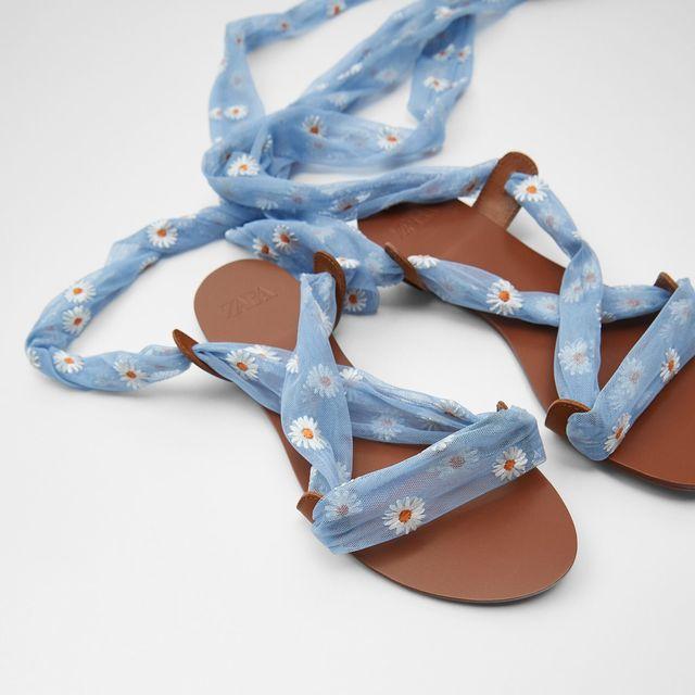 las sandalias planas de tiras atadas de zara más bonitas en años