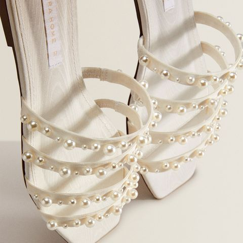 sandalias planas blancas con cintas decoradas con perlas