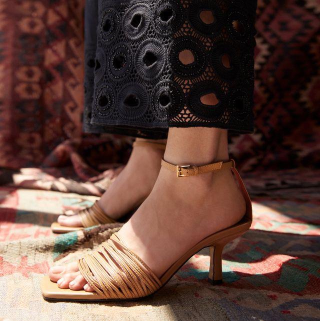 las sandalias de tacón bajo y tiras finas ideales son de uterqüe