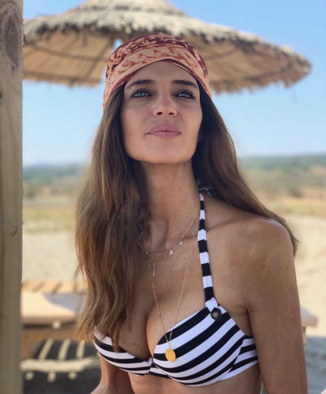 Sara Carbonero tiene el bikini de rayas marineras de Calzedonia a mitad de precio de efecto 'push up'