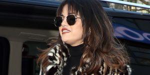 Selena Gomez abrigo de Mango vaqueros y flequillo Jane Birkin