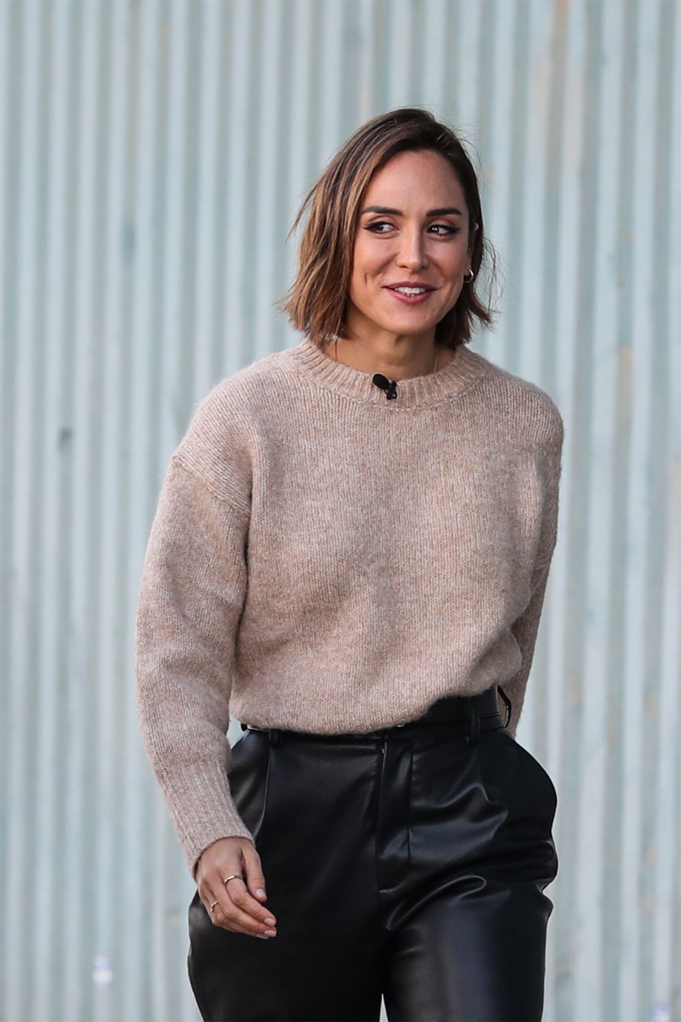 Tamara Falco Con Pantalon De Piel Y Un Jersey Beige De Zara
