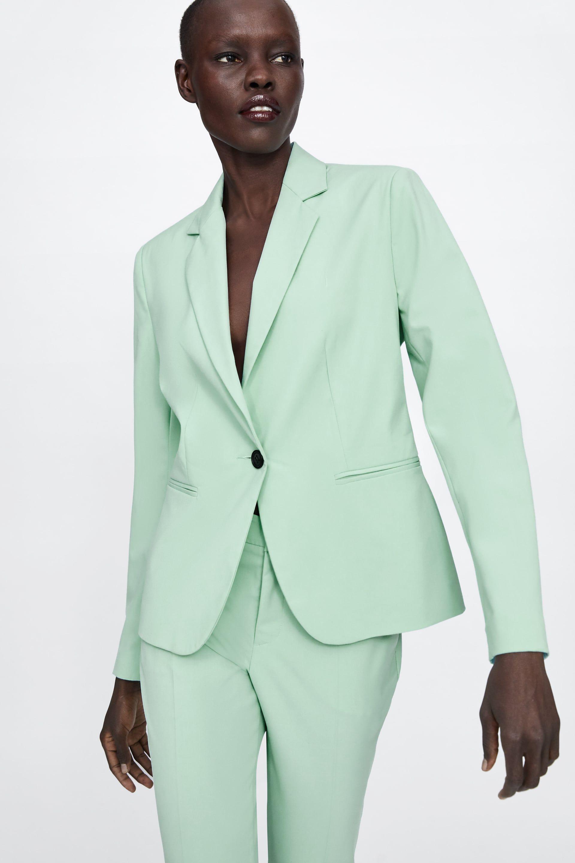 1fbc2a195 Éste es el traje de mujer de Zara verde más vendido de la temporada
