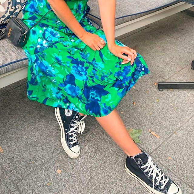 vestido midi de primark con zapatillas converse
