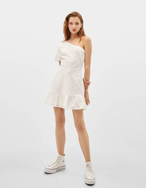 17a0cd023 El vestido corto blanco asimétrico de Bershka que va a fascinarte