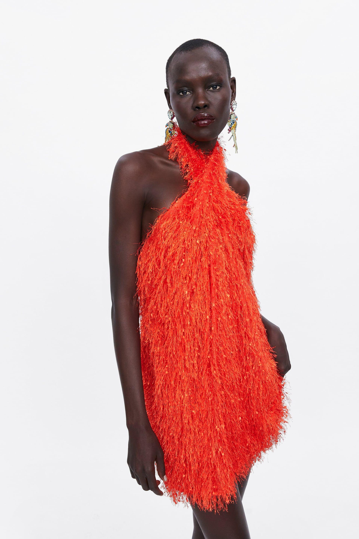 199d9c2494 El vestido corto de fiesta de flecos naranja ha llegado hoy a Zara