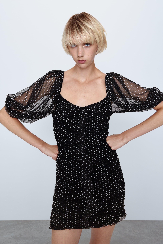 El vestido corto de fiesta de lunares Zara vuelve mejorado