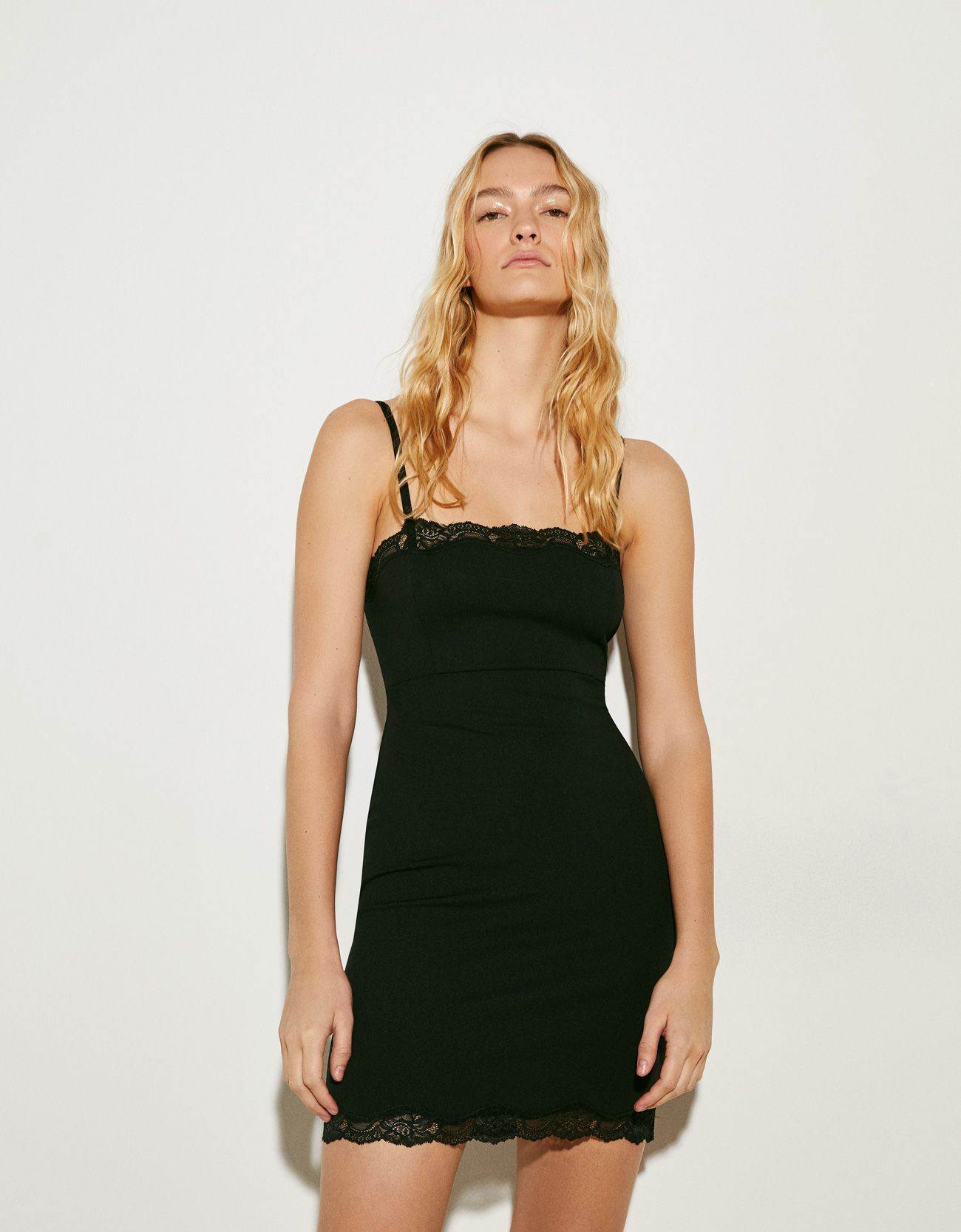 4dc56cfa65 El vestido corto lencero negro de Bershka que se vende mucho como faja